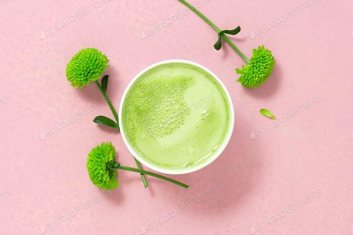 Tasse Matcha Tee mit Milch