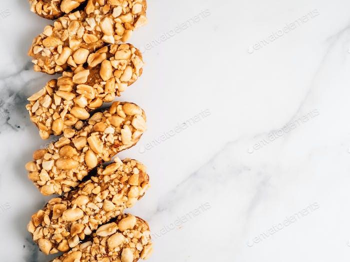 Gesunde Eclairs mit Erdnüssen, Kopierraum rechts