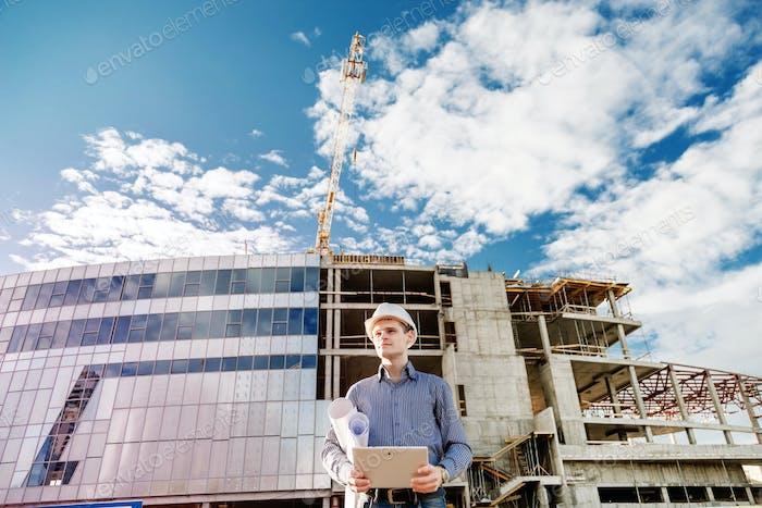 Gerente Construcción que controla el sitio de construcción con plan