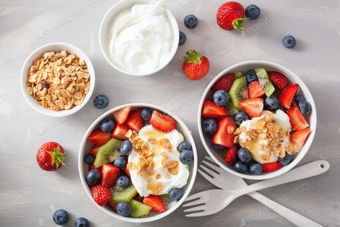 Obstbeerensalat mit Joghurt und Müsli für gesundes Frühstück