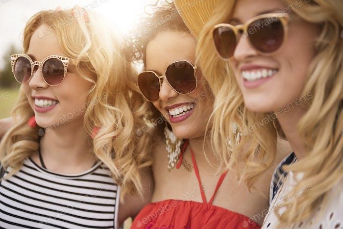 Fröhliche Mädchen auf der party im freien