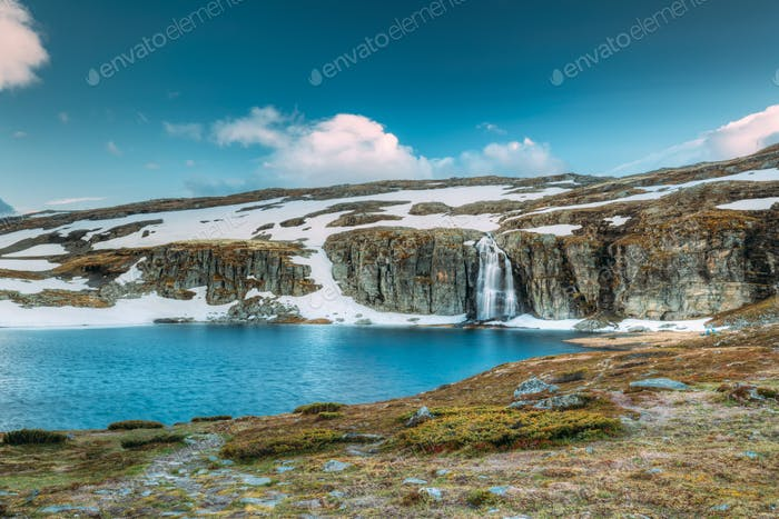Straße Aurlandsfjellet, Norwegen. Wasserfall Flotvatnet Im Frühling Sno