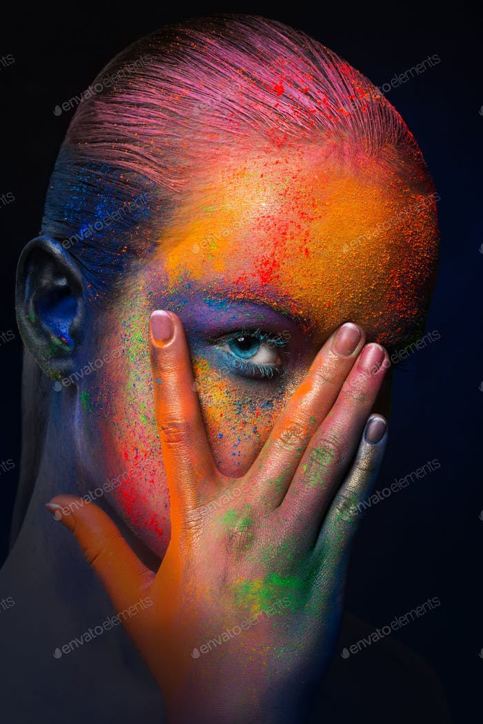 Modelo con maquillaje de arte colorido, primer plano