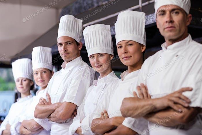 Grupo de chefs de pie en la cocina