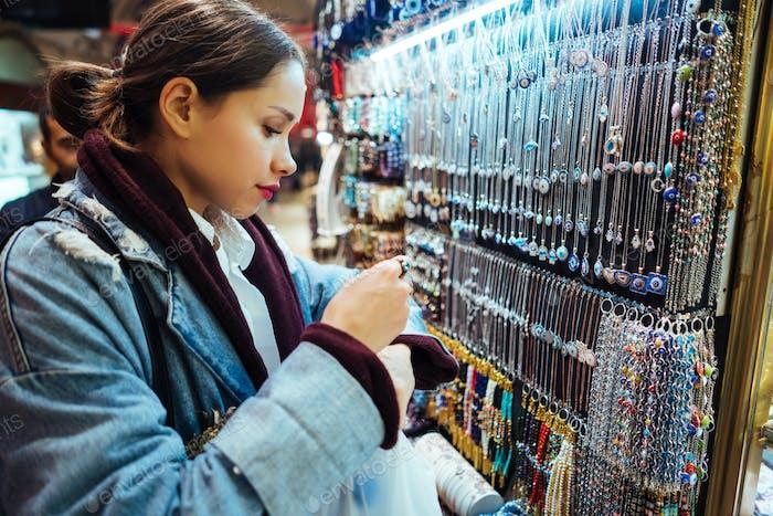 Junges Mädchen Touristenspaziergang auf dem Souvenirmarkt