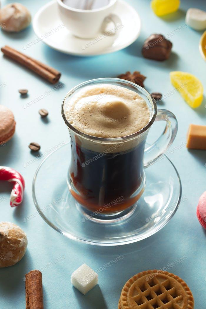 Kaffeetasse und Bohnen auf blauem Hintergrund