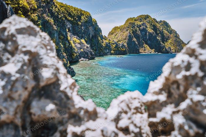 El Nido, Palawan, Philippinen. Matinloc Insel und Tapiutan Meerenge umrahmt von Kalkstein scharfen Felsen