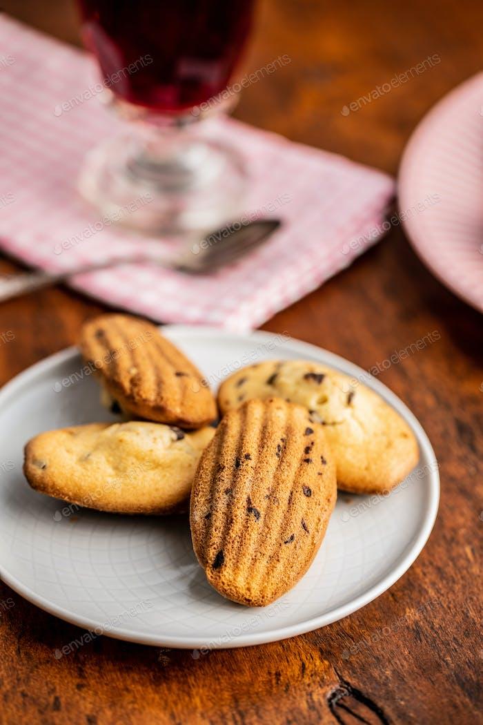 Madeleine mit Schokolade. Traditionelle französische kleine Kuchen.