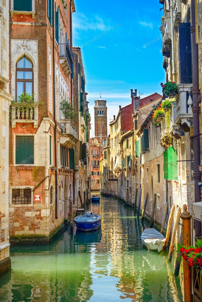 Stadtbild von Venedig, Wasserkanal, Campanile Kirche und traditionelle Gebäude. Italien