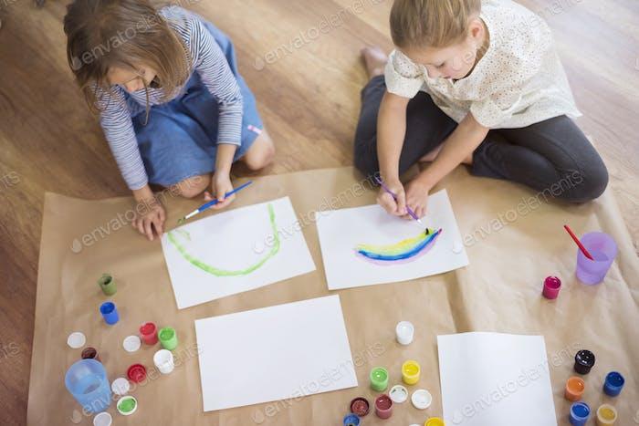Schwestern konzentrierten sich auf ihre kreative Arbeit