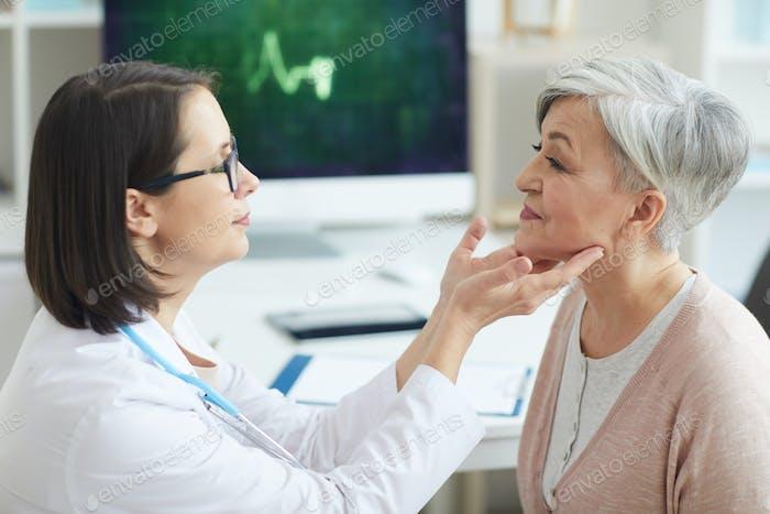 Ärztin Untersuchung Seniorin in der Klinik