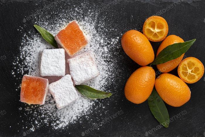 Türkische Köstlichkeiten mit Kumquat-Geschmack auf dunklem Stein