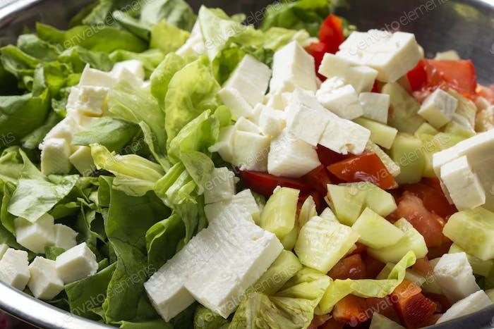 Frischer Salat mit Käse, Tomaten und Gurken