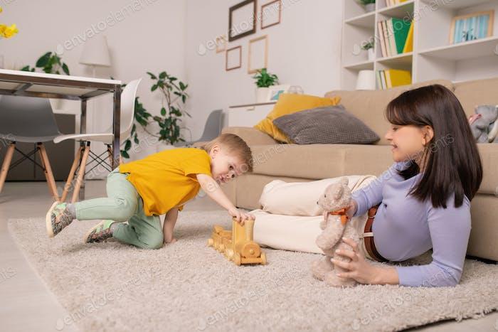 Spielen mit Spielzeugzug