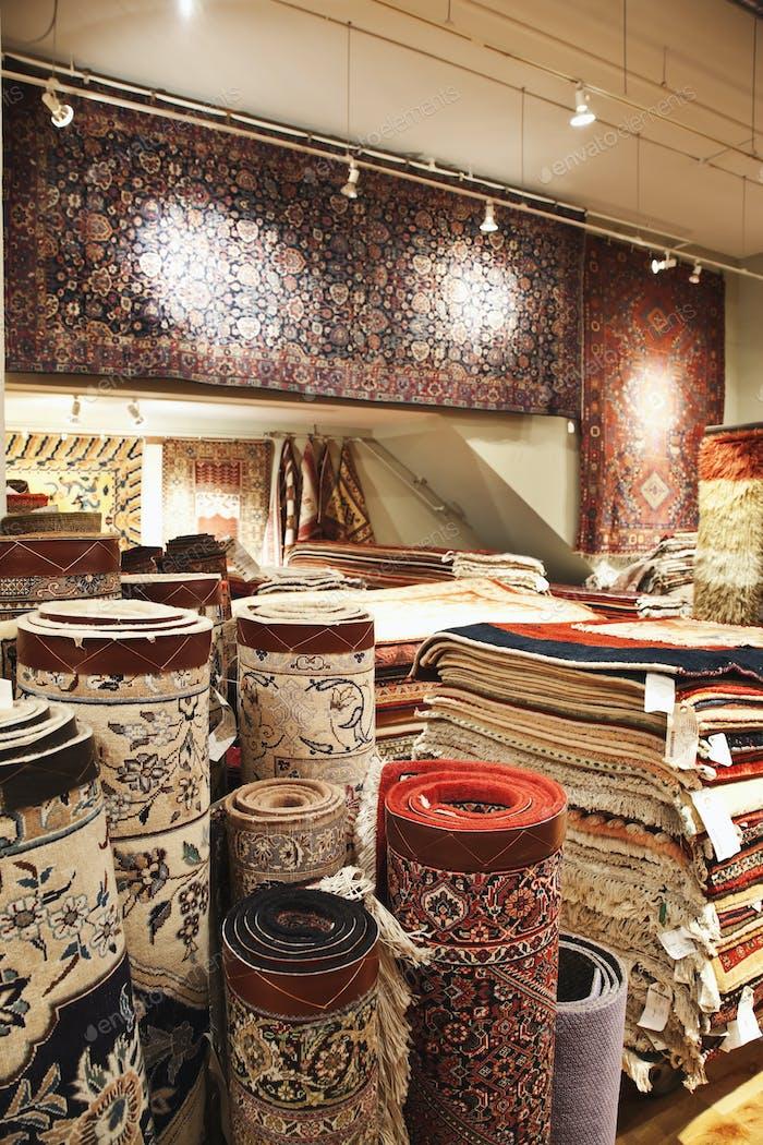 Teppiche auf dem Display im Shop