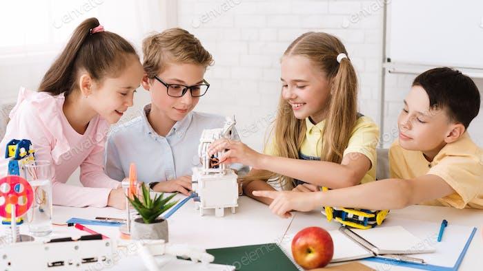 Stammbildung. Klassenkameraden schaffen moderne Roboter im Klassenzimmer