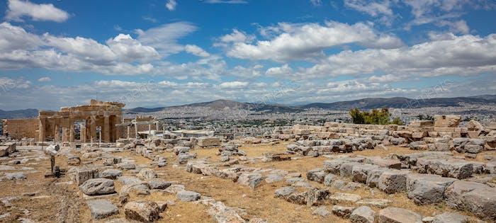 Athen, Griechenland. Propylaea in der Akropolis, monumentales Tor, blauer Himmel Hintergrund