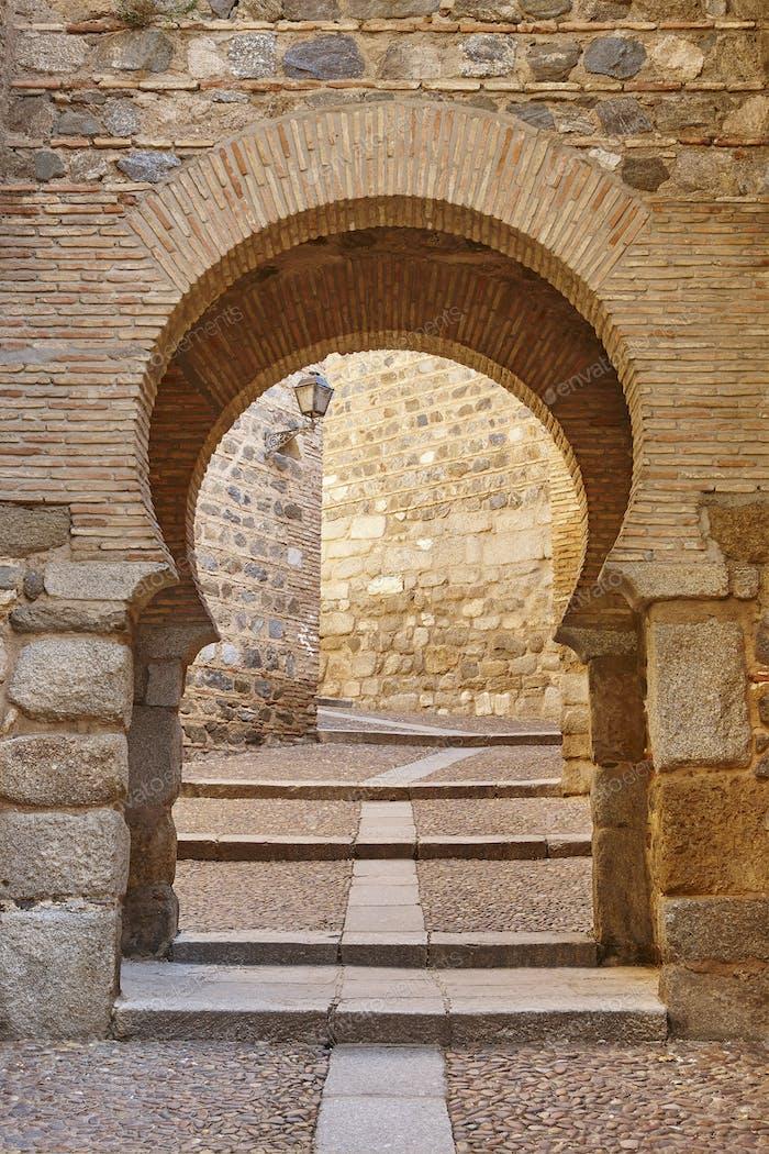 Bogen und Tür im arabischen Stil in Spanien. Toledo mittelalterliche Straße
