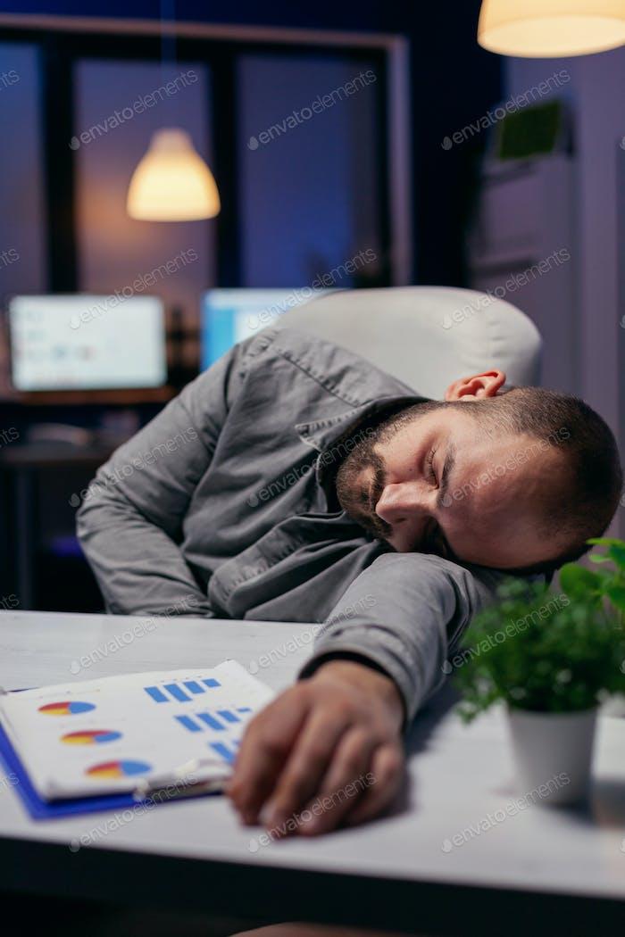 Gerente siesta en el escritorio