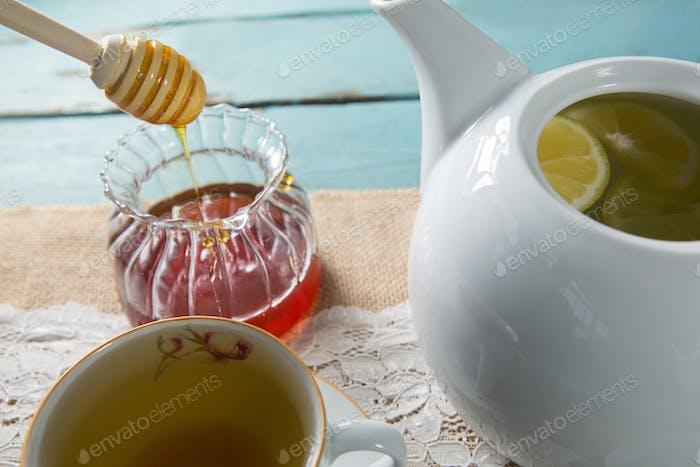 Nahaufnahme von Honig mit Ingwer-Teekessel