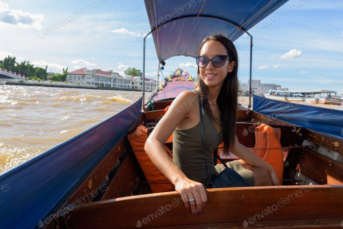 Tourist Frau, die die Stadt Bangkok mit Flussboot erkunden