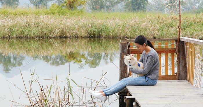Frau mit ihrem Hund auf dem Land sein
