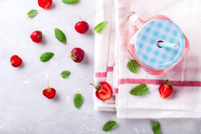 Erdbeer-Smoothie oder Milchshake im Glas mit frischer Minze.Gesundes Essen
