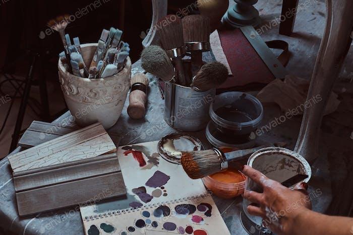 Pinsel auf dem Tisch in einer Werkstatt.