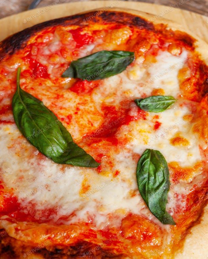 Frische hausgemachte italienische Pizza Margherita mit Basilikum