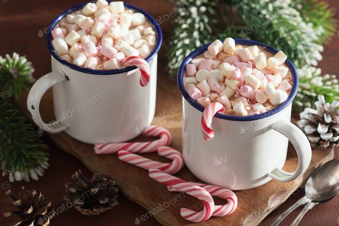 heiße Schokolade mit Mini-Marshmallow-Zuckerrohr