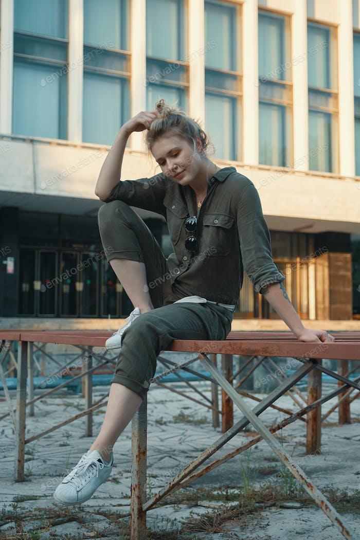Joven mujer moderna posando en la ciudad, al aire libre. Vida urbana