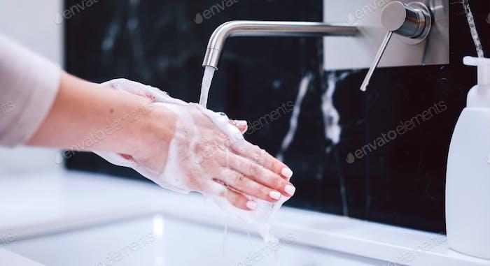 Lavar as mãos com sabão de espuma. Higiene, prevenção do coronavírus