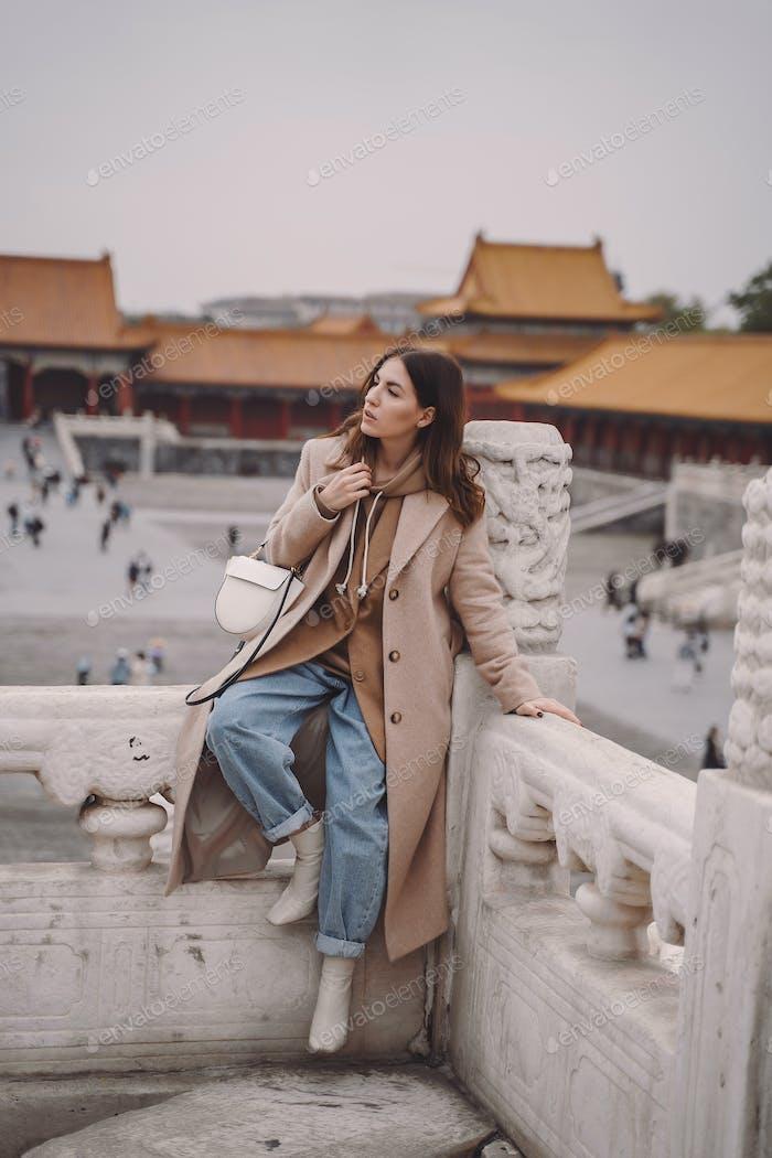 stilvolle Mädchen Besuch der verbotenen Stadt in Peking China