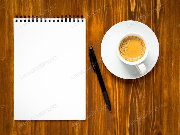Notizblock geöffnet mit leerer Seite zum Schreiben von Ideen oder To-Do-Liste