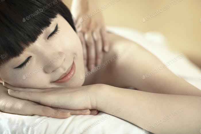 Junge Frau Empfangen Massage