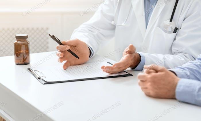Arzt erklärt ärztliche Verschreibung für Seniorenpatienten