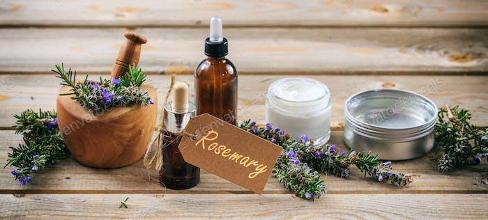 Rosmarin Aromatherapie. Ätherisches Öl und Kosmetik, Etikett mit Text Rosmarin, Banner.
