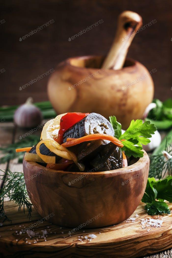 Marinierte Auberginen mit Zwiebeln und Paprika in einer Schüssel