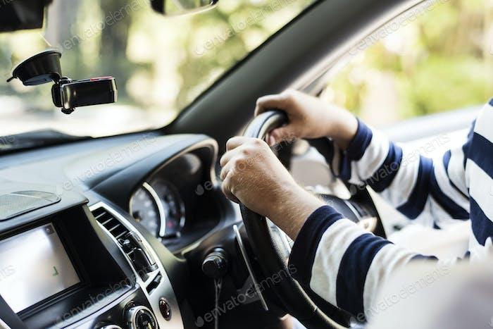 Hombre conduciendo un coche familiar