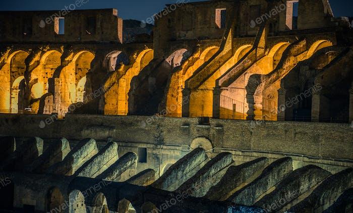 Kolosseum Innenräume bei Nacht