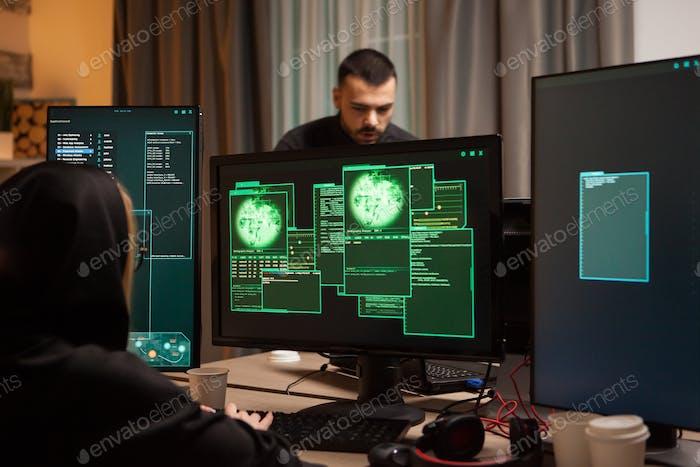 Rückansicht der weiblichen Hacker, die eine bösartige Malware schreiben