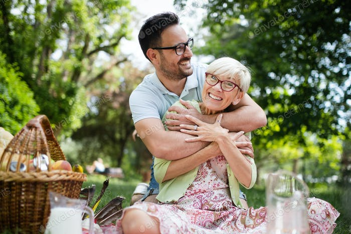 Glückliche Oma mit Enkel umarmen in ein park im freien