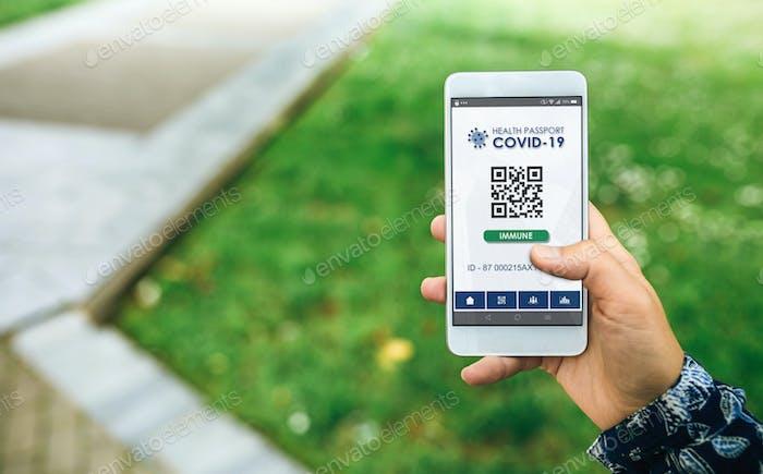 Mobil mit digitalem Gesundheitspass für Covid-19