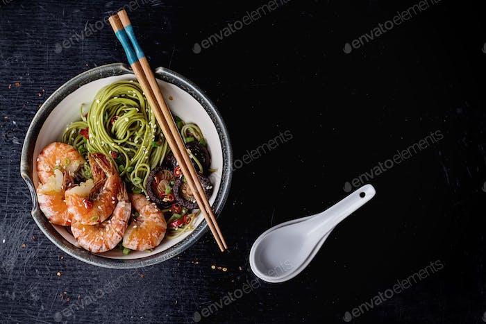 Grüner Tee Soba-Nudeln mit Garnelen