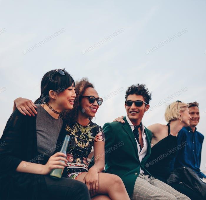 Freunde hängen zusammen auf der Terrasse