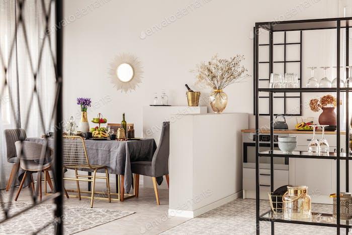 Esszimmeridee mit stilvollem Stuhl und Tisch mit grauer Tischdecke