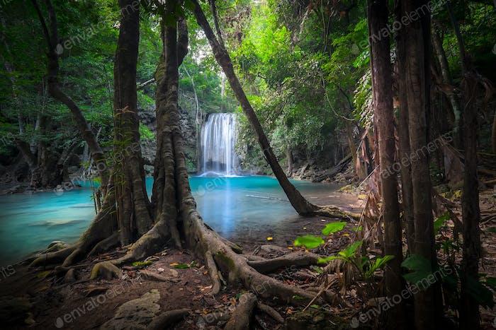 Horizontal de la selva con cascada Erawan. Kanchanaburi, Tailandia