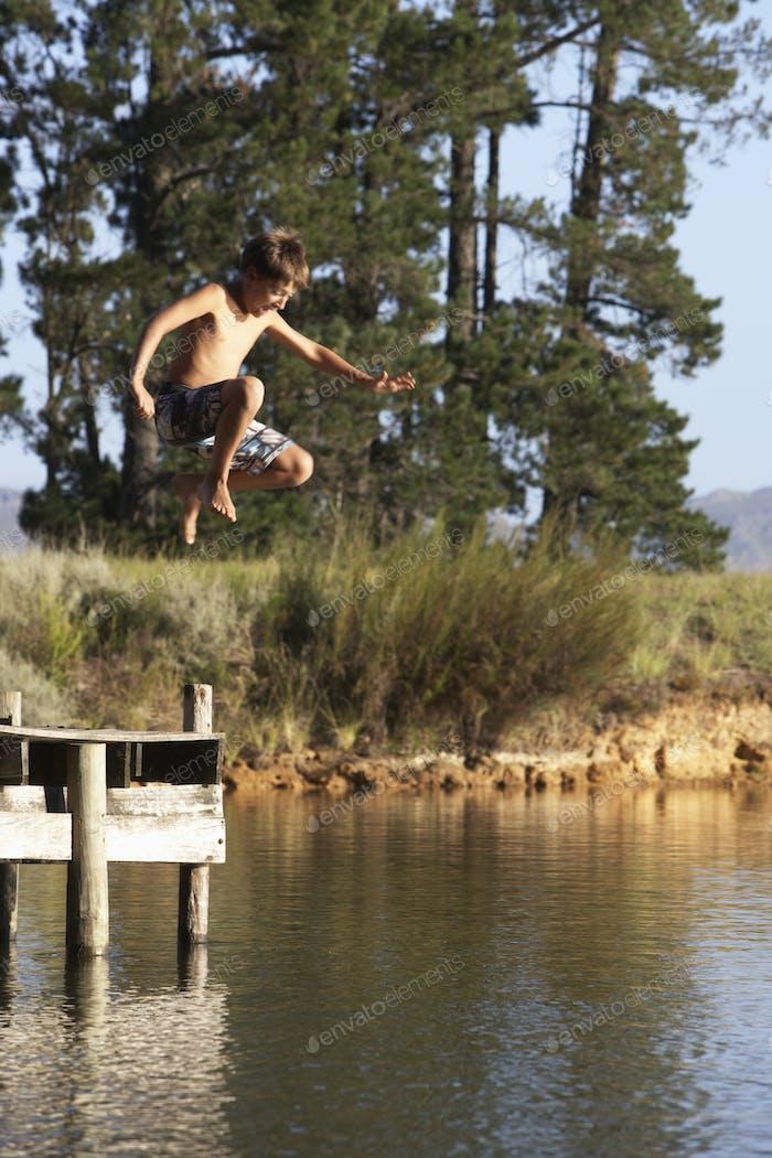 Junge springen aus Anlegestelle in See