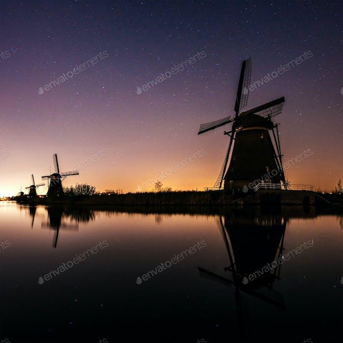 Niederländische Mühle bei Nacht.  Holland
