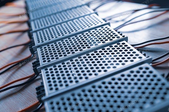 Nahaufnahme der Metallgittergehäuse der Stromversorgung